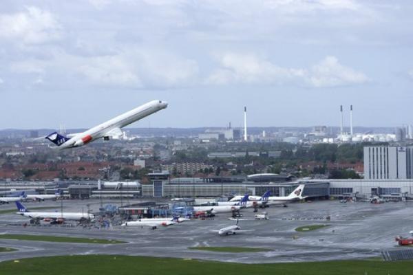Københavns Lufthavn udvider til dobbelt størrelse. Vi er i fuld gang med at udbygge lufthavnen dobbelt størrelse. I fremtiden skal vi kunne betjene 40 mio. passagerer. I de kommende år vil du møde byggeaktivitet i lufthavnen. Vi beklager generne og lover, at fremtidens lufthavn er værd at vente på. › Om CPH Advantage.